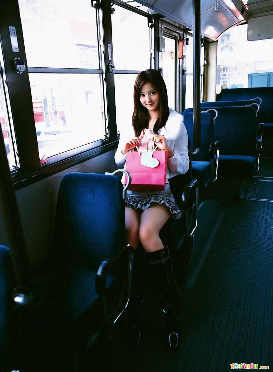 美女公车上玩自拍