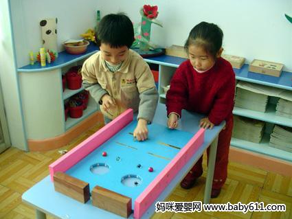 幼儿园小班健康活动教案:小球进洞