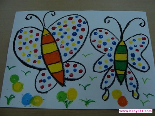 二、通过观看教师作画感知手指站立和手指躺下所得到的圆点大小是不同的。 三、幼儿自己动手作画(爸爸妈妈可以帮忙) 要求:鼓励幼儿大胆、有创意的装扮蝴蝶翅膀。培养良好的作画习惯,换色时擦干净手指。四、音乐起,穿好漂亮衣服的蝴蝶翩翩起舞来到花丛中采花蜜。(点评)  幼儿园托班美术活动教案:手指点画---蝴蝶