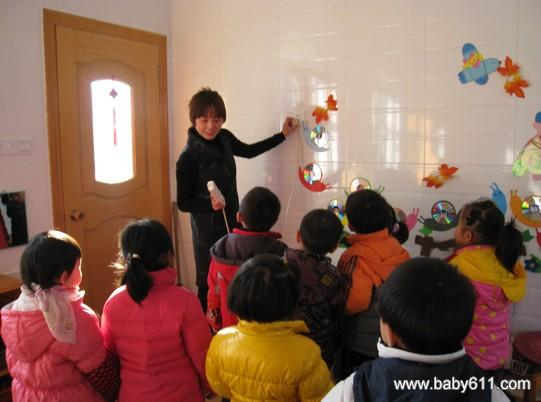 幼儿园玩游戏安全教育板报