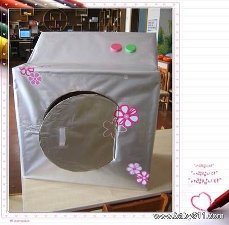 适用游戏:洗衣坊游戏适用年龄段:小班幼儿制作材料:长方体电脑盒、银色包装纸、塑料地毯、透明胶带等制作要点:纸盒的大小约为60*60*35。银色包装纸正好能包住整个洗衣机、用塑料地毯做成的彩色按纽、寻找牛奶箱子上的提手做洗衣机门上的拉手,这样便于孩子开关洗衣机的门。