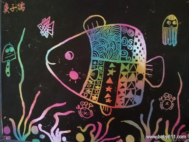 活动名称:刮刮画《深海里的鱼》   活动目标:   1、了解刮刮画的独特作画方式,掌握刮刮画的方法,表现深海里的鱼。   2、尝试运用点、线、面进行刻画创作,体会画中色彩和构图的美。感受奇特效果和成功喜悦。   活动准备:   16K刮刮纸,牙签若干支。课件一个。   活动过程:   1、引题激趣:   (1)出示刮刮画,激发幼儿对刮刮画的兴趣。   (2)出示蜡笔画、水彩笔画,与刮刮画作比较,使幼儿初步了解刮刮画的独特风格。   2、观察讨论:   (1)运用课件,展示刮刮画的作画步骤。   (2)