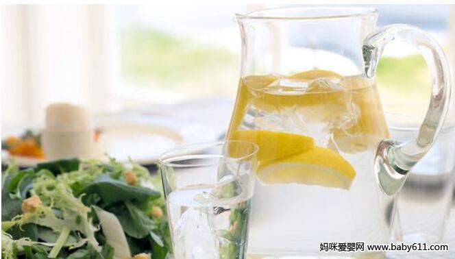 消暑冷饮:柠檬盐水