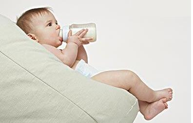 给宝宝喂养奶粉需避开五大误区 正确掌握人工喂养方法