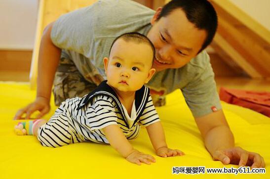 宝宝独坐以及扶站的训练方法