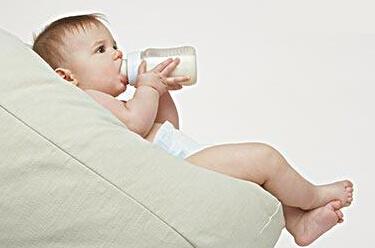 人工喂养中,与宝宝交流感情