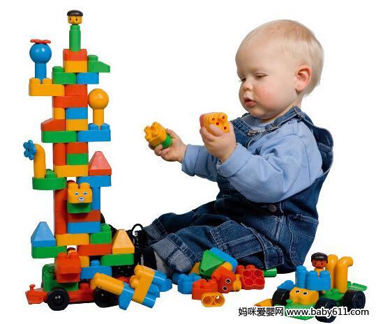 (1) 先要给宝宝正确地示范:搭2~4块积木,让他模仿着搭。在搭的过程中,每加一块都夸奖他,用激励的语言让宝宝爱上搭积木。   (2) 先用大积木垫底,再依次用较小的积木,或磁性积木以保证他容易成功。这样宝宝在成功中体验到了快乐,良好的情绪刺激促进他往更高的求知欲发展,满足他获得成功的需要。   (3) 如果宝宝不感兴趣,你可先搭2—3块积木,只让他搭最后一块,必要时和宝宝手把手地让他搭,搭好后,立刻表扬他,并可让他推倒作为鼓励。   (4) 也可以先手把手地教他,然后换成语言指导,最后