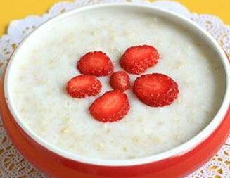 草莓牛奶燕麦粥