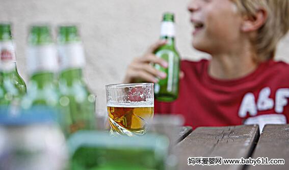 孩子喝酒危害 多一滴都不能沾!