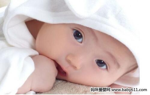如何护理新生宝宝吐奶