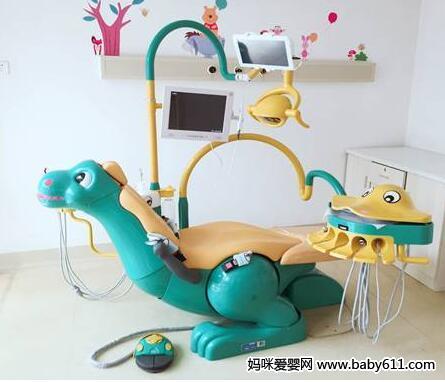 特别是小恐龙电动牙椅,苹果造型的侧箱以及连体式的小章鱼器械治疗台