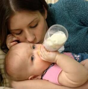 宝宝不爱用奶瓶的应对方法