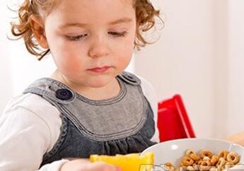 家长总是追着孩子喂饭有危害