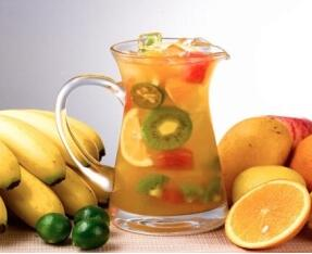 消暑冷饮:蜂蜜水果茶