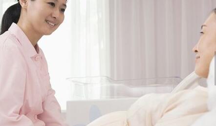 自然分娩后 产妇宜采取半坐卧姿势
