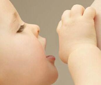 新生儿为什么会吃奶时会溢奶