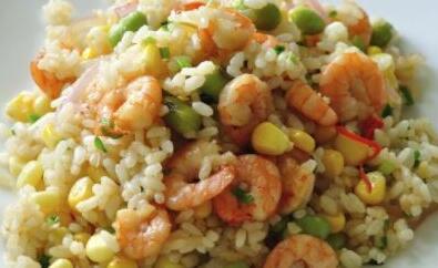 油热后倒入米饭翻炒,加入杂菜,鸡蛋翻炒均匀后调味盛盘;   3,炒饭上撒