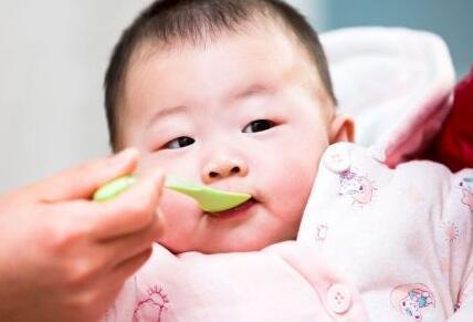 详解关于新生宝宝吐奶问题