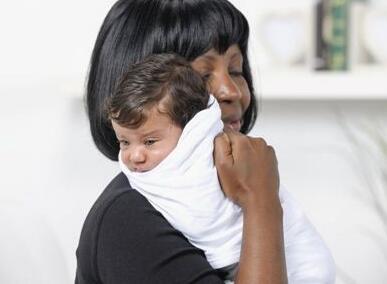 宝宝吐奶别着急 这样做能有效预防