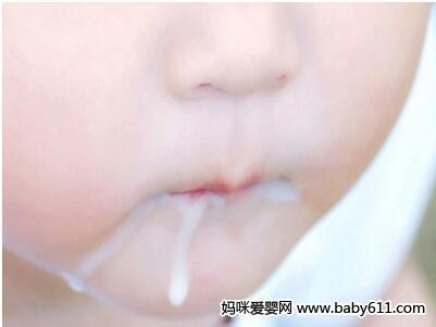 宝宝吐奶还要吃该怎么办?