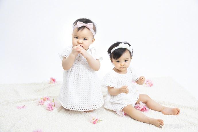 熊黛林晒双胞胎女儿