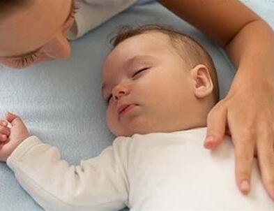 如何预防及减少宝宝吐奶?