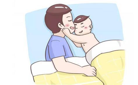 为何宝宝总要大人抱着睡觉?