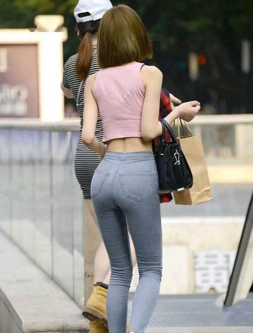 紧身牛仔裤清爽有魅力,呈现性感小蛮腰,娇艳身姿玩转各种风格