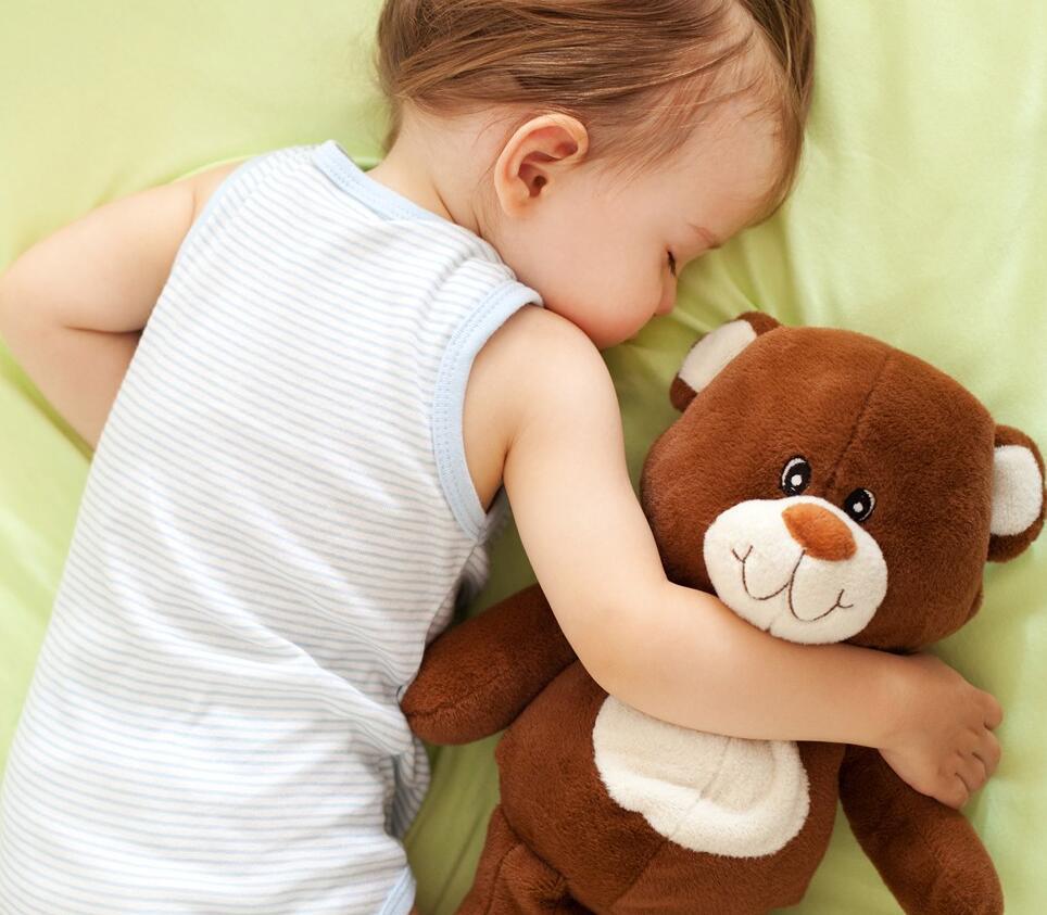 抱着小熊睡觉